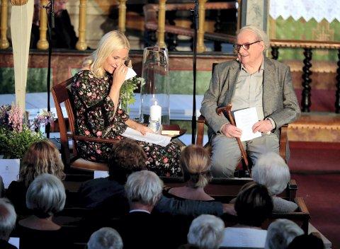 RØRT TIL TÅRER: Kronprinsesse Mette-Marit sammen med Svein Ellingsen i Dypvåg kirke i forbindelse med Litteraturtoget 2017.