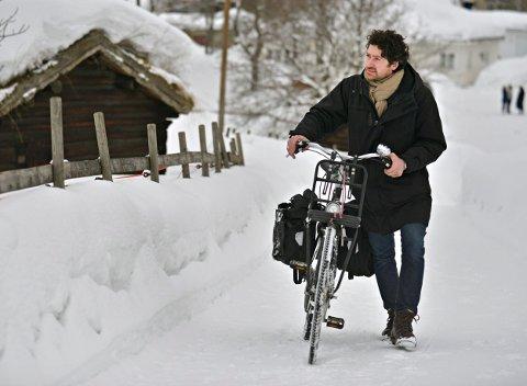 TRÅLER DISTRIKTET: Ftografen Luca Berti skal sykle rundt og fotografere Kongsberg og Numedal. Han er her nå og kommer tilbake i april og mai også.