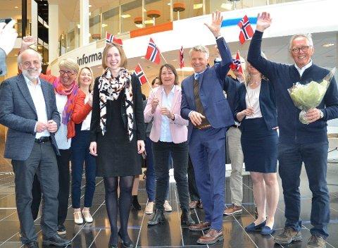 JUBEL: Det ble både jubel, blomster og flagg, da forsknings- og høyere utdanningsminister Iselin Nybø,til venstre i midten, gratulerte det flunkende nye universitetet med ny status. Helt ytterst til venstre rektor Petter Aasen, og ytterst til høyre styreleder Rune Nilsen.