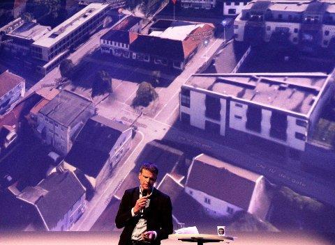 PLANER: ØysteinRognebakke fra arkitektfirmaet Halvorsen og Reine, argumenterte for planene for Berntsen-gården på Nytorget som øynes øverst på bildet bak ham.