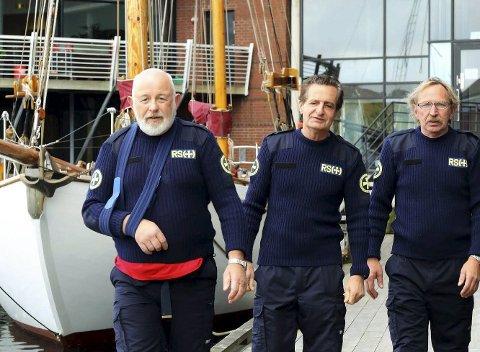 To rundkast: Skipper Thor Hugo Johansen (tv) fikk skulderen ut av ledd under rundkastene ombord i redningsskøyta. Maskinsjef Csaba Lango (midten) og overstyrmann Jan Adolfsen. Begge bilder: Redningsselskapet.