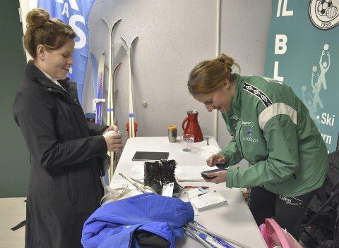 BETALING: Maria Tetlie betaler med glede Hilde Torheim i IL Blest for fangsten.