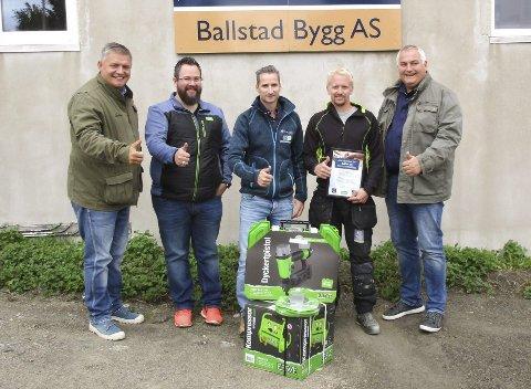 Prisutdeling: Her ses Geir Kjørum fra Blink Hus-kjeden, sponsor Roger Thorsen fra ESSVE, Morten Moe i Ballstad Bygg AS, prisvinner Adrian Lie, og Reidar Bjerke i Blink Hus-kjeden under prisutdelingen på Fagdagen.