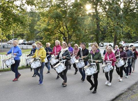 Feiring: Lofoten Paradetropp feirer femårsjubileum med arrangement førstkommende helg. Mandag var de ute og øvet i Svolværs gater.Begge foto: Kristian Rothli