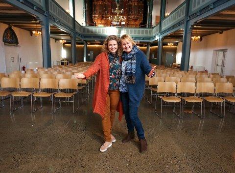 DUKKETEATER: Kirkerottene inntar Moss kirke og Kari Jenseg (til venstre) og Else Buttedal Haugen ønsker velkommen til forestilling.