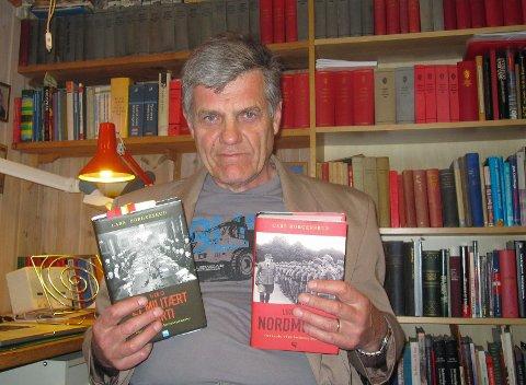Lars Borgersrud med tobindsverket «Den norske militærfascismen 1930-1945», som ble utgitt i 2010 og 2012.
