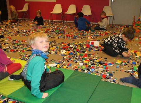 LEGOFERIE: Lego er et kjempefint alternativ til ski og skøyter, synes seks år gamle Jesper. Foto: Arne Vidar Jenssen