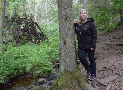 UTFORSKE: Sara Pihl er glad i å utforske nye steder i Østmarka og samtidig lære litt om historien til området.
