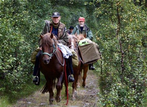 GUBBETUR: Geirmund Vik, Ole Martin Johansen, Alvin Jakobsen på vei opp den første stigningen mot fjellet. Bak kommer også Olav Rokne Erichsen. Foto: Ola Solvang.