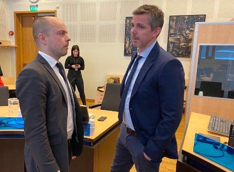 I FENGSLINGSMØTE: Forsvarer Andreas Berg Fevang og politiadvokat Christian Hanssen i Nord-Troms tingrett. I bakgrunnen sees en kvinne ansatt i politiet.