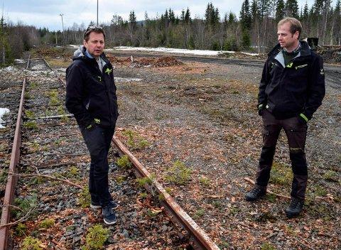 SAMFUNNSGEVINST: Omlasting av tømmer fra bil til jernbane på RAs gamle lastespor ved Skjelbreida vil gi stor samfunnsgevinst, mener Knut Esbjørnsen (t.v.) og Endre Granum i Nortømmer.