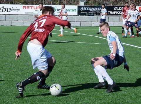 Andreas Nyhagen (t.h.) i kamp med Kasper Dyve for Strømsgodset 2 mot gamleklubben Valdres FK i fjor.