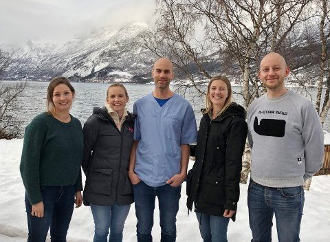 – NYTTIG OPPFRISKING: Lena Midtlyng (t.v.) og Henrik Torp (t.h.) tok nylig en prat med fastlegene Marit Tuv, Torstein Jørstad og Mari Kaspersen.
