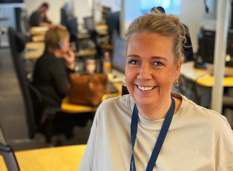 PÅ JOBBEN: Kundesenterleder Eli Henriette Larsen på Telenors kundesenter i Mustad næringspark på Gjøvik forteller at de aller fleste ansatte hos dem møter opp fysisk på arbeidsplassen.