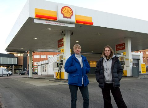 FORAN PUMPENE: Maren Dagny Juell (t.v.) og Liv Tandrevold Eriksen har inntatt Shell-stasjonen i Ski. Det er fremdeles fullt mulig å tanke bensin her, men innendørs er det de to kunstnerne som regjerer.