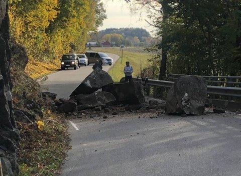 RAS: Steinraset blokkerer den trange veien.