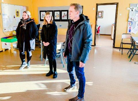 HOLDER IKKE MÅL: Disse tre er enige i at Stavern skole, slik den framstår i dag, ikke holder mål. Fra venstre FAU-leder Cathrine Hill Jensen, elevrådsleder Pernille Klaastad Kristiansen og FAU-nestleder Håvard Wannebo.