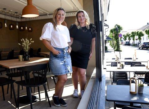 KLARE: Ellen-Cathrine Østli (nærmest) og Guro Ringheim Bakke i Nordic State, har jobbet intensivt for å rekke åpningen av Majas bakeri og kaffebar i Stavern.
