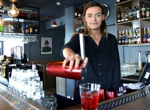 TRIVES I JOBBEN: Malin Rørdam Larsen (25) fra Elverum er barsjef ved Lokket Pub & Bar. Hun var skikkelig sjenert som barn, men stortrives nå omgitt av masse folk der det virkelig koker.