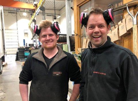 FORSTÅELIG AT DE SMILER: Både Robin Brendryen (til venstre) og daglig leder Øystein Müller har all grunn til å smile etter nok et godt år for Jonstad Auto.
