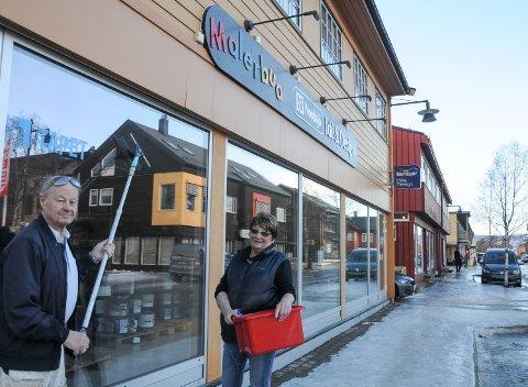 UTE FOR SALG:  Morten Steinar og Gerd Rugsveen gjør det siste finpussen før salg av Malerbua i Parkveien på Tynset.
