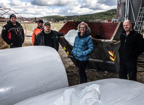 TAR ET TAK: – Vi tar gjerne et tak ekstra i forhold til landbruksplasten, sier fra venstre Helge Aandstad, Halfdan Negård, Sigbjørn Aurland, Anne Kristine Rossebø og Gunnar Løfsgård.