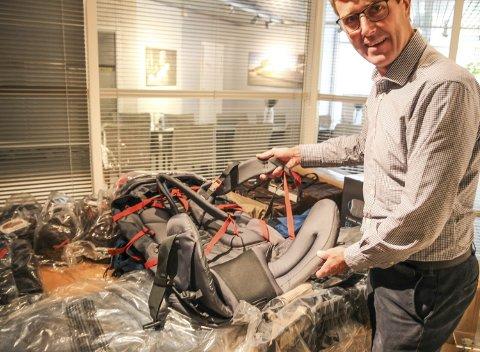 Medeier: Rolf Aaby lette etter nye utfordringer. Da tok han jobb hos Aaby Solutions, som sønnen Peder startet. Her viser han fram nye varer fra friluftslivkjeden Alps Mountaineering, som de er i gang med å kvalitetssikre.