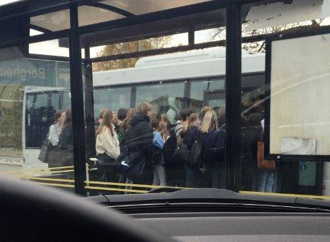 Slik så det ut ved bussholdeplassen på Borgheim for noen dager siden. Lokalpolitiker Unni Hanson er opprørt over at bussene fylles og smittefaren øker.