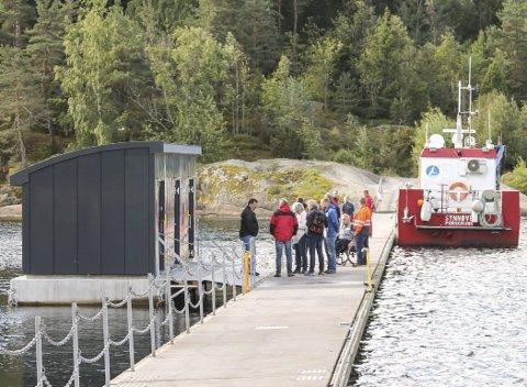 Fiskerne hadde tatt seg en velfortjent fridag mandag, da ordfører med følge dukket opp på offisiell åpning av det nye flytende toalettanlegget på Olavsberget. – Det finnes ingen liknende do i Norge, så vidt jeg vet, sa en stolt Robin Kåss.