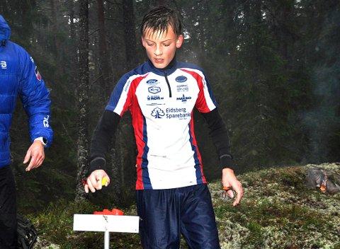 KONTROLL: Peder Aabogen Haugaard stempler mens løpsleder Claes-Tommy Herland (t.v.) organiserer.
