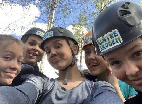 Nye venner: Margrethe Kjeve (16), i midten, omringet av noen av sine nye venner.