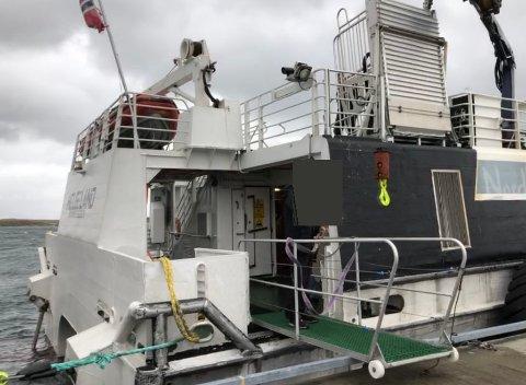 Bildet er tatt i dag rett før Nedgård gikk ombord. Grunnet forholdene brukte man landgangen til nedre dekk, og det var denne landgangen som skal ha sklidd bort.