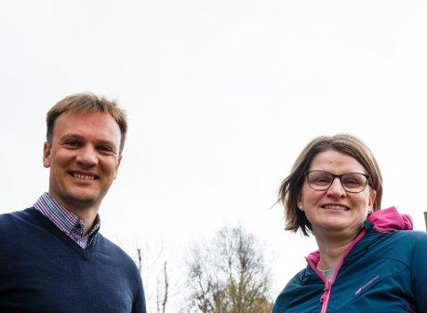 GLEDER SEG: Marianne Dobak Kvensjø og Bård Ludvig Thorheim i Nordland høyre er glade for at det endelig blir ny flyplass i Mo i Rana.
