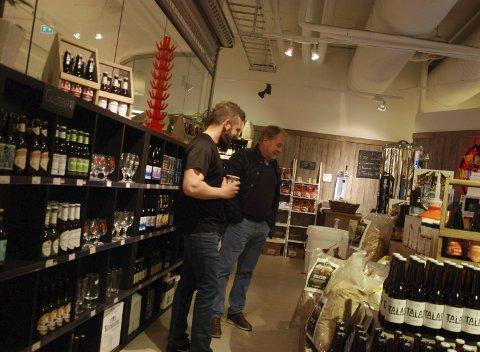 Bedre tider:  Øystein Williksen (til venstre) rett etter at Gulating åpnet og var preget av godt besøk og stor oppmerksomhet fra kundene. Foto: Arkiv