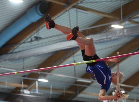 Maija Borén imponerte stort med 3,20 i stavsprang i helgas KM i Stangehallen. Dette er faktisk nr seks på lista på landsstatistikken innendørs i år, uavhengig av aldersklasser. 14-åringen som kom flyttende fra Finland i fjor kvalifiserte seg med dette for senior-NM.
