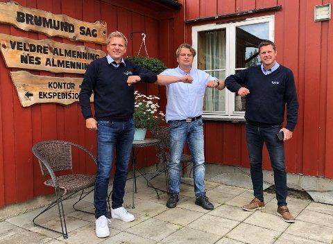 NYTT SELSKAP: Reidar Lyseng (f.v.), Tore Lien Bjørnstad og Steinar Lysen er enige om den videre driften på Brumnd Sag gjennom selskapet Vyrke Brumund AS.