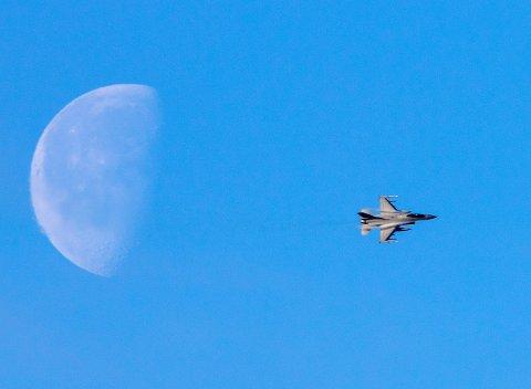 TESTET MOTOREN: Luftforsvaret melder at et jagerfly, et F-16, var i aksjon i luftrommet over Ringsaker og Innlandet fredag. NB! Bildet viser et F-16 over Trondheim i 2018, og er således ikke knipset fredag.