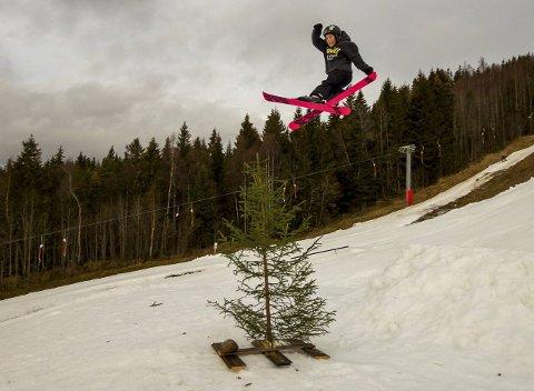 Ivan Velo fra Hønefoss i svevet på Ringkollen. Han ble beste junior/kid i konkurransen på julaften. Leserfoto