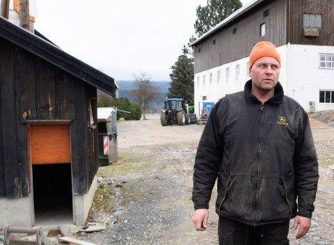 BEITESKADER: Eilev Mellerud opplever at rådyr skader jordbærplanter.