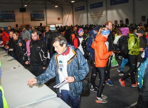 KLARE TIL START: Løperne samlet seg innendørs på grunn av regnværet før starten på Hytteplanmila lørdag.