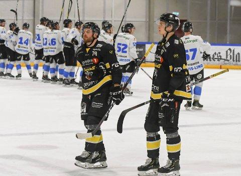 Anders Henriksen og Nils Fuglesang rusler lamslått av isen mens Narvik spillerne jubler i bakgrunnen