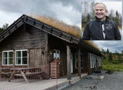 HJERTESTARTER: Ole Ringerud ser fram til å trygge hytte - og turfolket på Vikerfjell med en hjertestarter. – Lørdag arrangerer jeg kurs. Det er for alle, sier Ole Ringerud.
