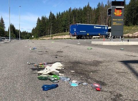 VARPET: Over hele plassen ligger det søppel strødd rundt. Foto: Stine Merethe Sparby