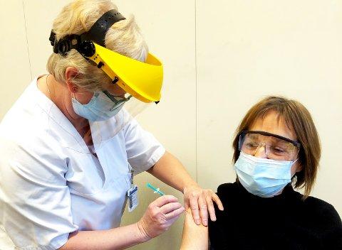 FØRSTEMANN: Anne-Britt Solbakken var den første ansatte som ble vaksinert på Ringerike sykehus i januar. Nå får helseforetaket ekstra Moderna-doser.