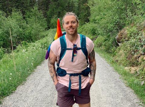 MED PRIDE-FLAGGET I SEKKEN: Espen Hilton har skrevet en ny bok. I dette intervjuet forteller han om hvorfor Pride-flagget er med i sekken.