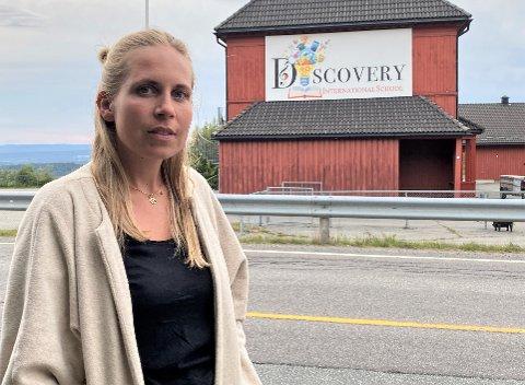 OPPRØRT: Mari Lien var glad da hun i mai fikk jobb ved Discovery International School i Åsbygda. Men så ble hun sagt opp.