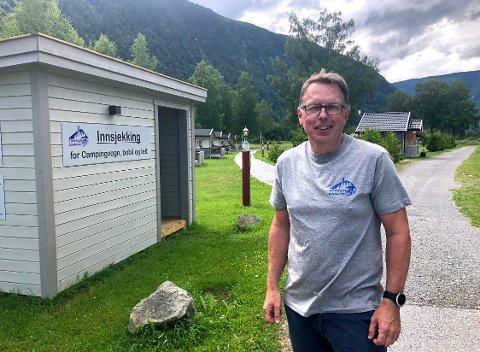FORNØYD: Bent Espen hadde håpet på mye folk i sommer, men turte ikke å ha store forventninger til den nyåpnende campingen. Den nye campingkongen i Tinn er veldig fornøyd med besøkstallet.