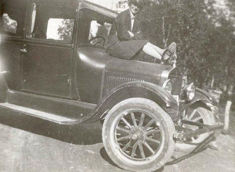 I FARTA: Wanny Woldstad var Nord-Norges første kvinnelige drosjesjåfør. Det var gjennom kjøringen hun kom i kontakt med tilbakevendte fangstmenn. Foto: Svalbard museum