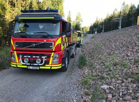 SKOGBRANN: Brannvesenet har rykket ut med store styrker til en skogbrann langs Gjøvikbanen søndag kveld.