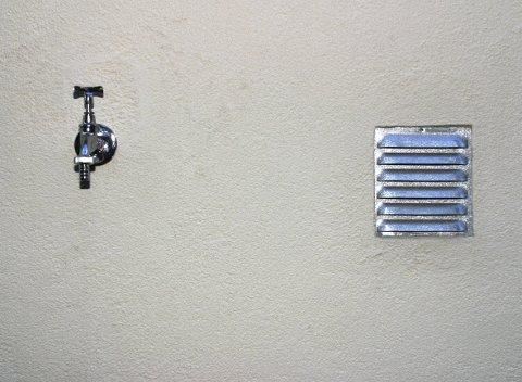 KAN KOSTE DEG DYRT: Hører man ikke på advarselen om vanningsforbud, kan kommunen gå til det skrittet å plombere utekrana. Da må man selv ta kostnaden med å få åpnet den igjen.
